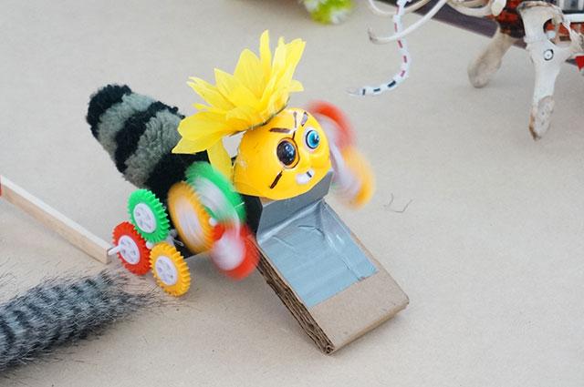 エイドリアンが見本用に作ってくれたロボット。海賊顔にぐるぐるパンチが最高。ダンボールのストッパーをはずすと走る