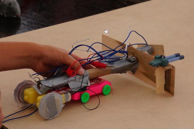 おまけ。こちらは受賞は逃したものの健闘したロボット。おもちゃでなくモーター(ギア入りで強い)を2つ使用、乾電池と銅線でリモコンを自作するなどを作るなど高度な工作だった。(結局負けたんだけど)