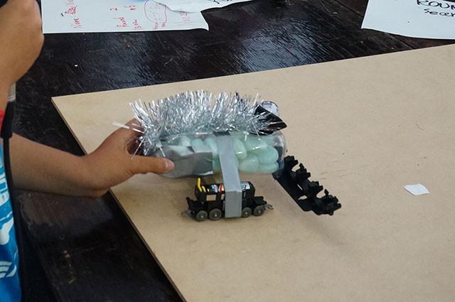 馬力の強い電車のおもちゃに緩衝材を搭載したロボ