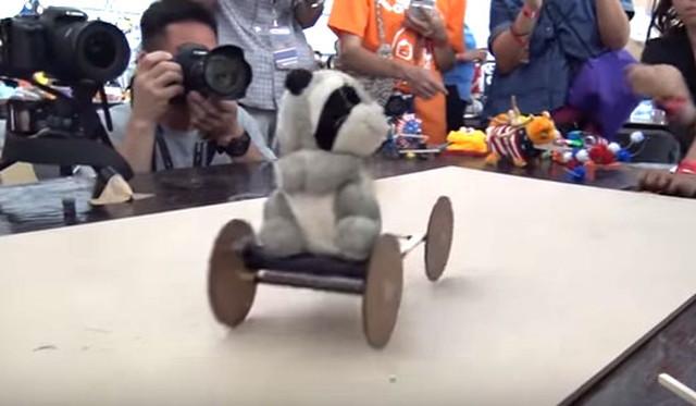 今回髄一の不思議マシン。会場で配布した動力用のおもちゃが使われていないように見え、謎のテクノロジで動いている。