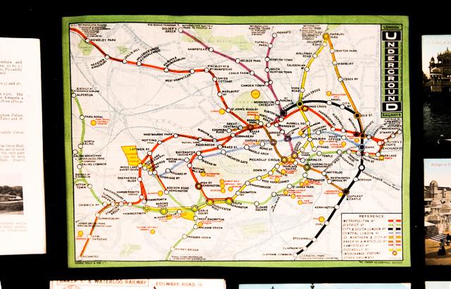 Harry Beckの発明以前の路線図。地図にそのまま線を載せていた。見づらい。そしてNYのものに似ている。