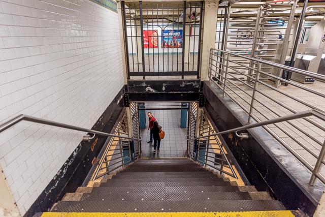 改札階からワンフロア下がって、そこがホーム。どの駅もだいたいこういう雰囲気・構成だった。