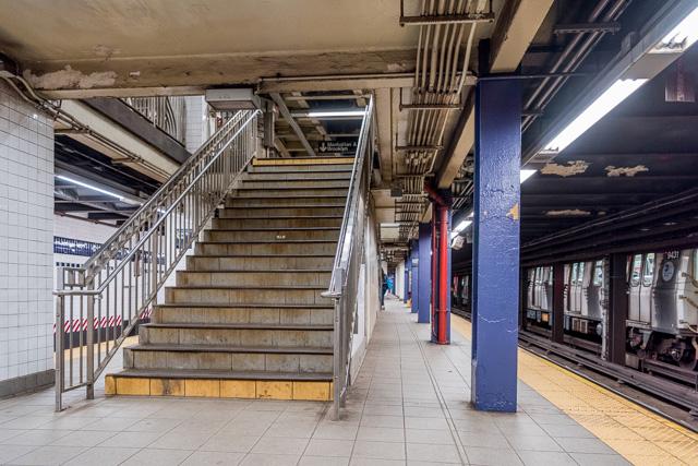 階段を十数段のぼって、ほんとうに鉄骨の厚み分だけの床へだてて改札とプラットホーム。全体的に重厚さとか深さを感じさせる、つまり地下感がない。
