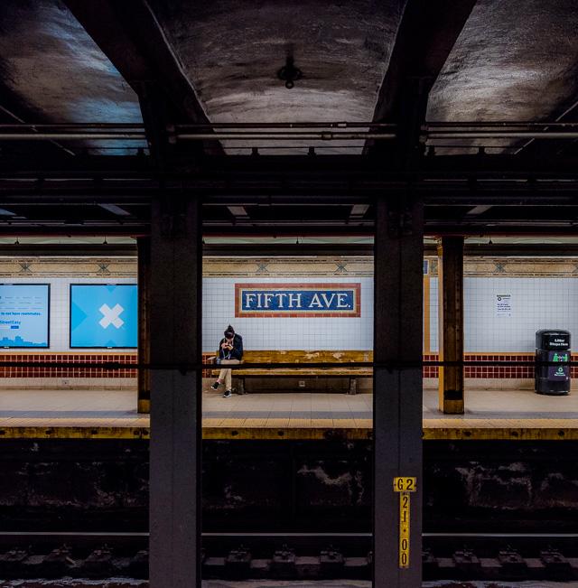 鉄骨とそのむこうに見える反対側ホーム。たぶんこれがニューヨーク地下鉄を代表する風景だ。