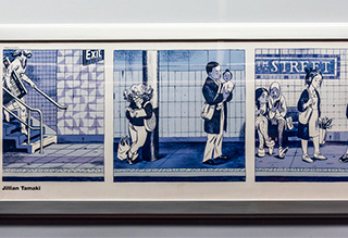 ニューヨークっ子に地下鉄が愛されていることは間違いなくて、車内にあった Jillian Tamaki さんの地下鉄ホームの風景を描いたイラストを見るとそのことがよくわかった。すてき。各カットのコマ割はきっと鉄骨の表現だと思う。