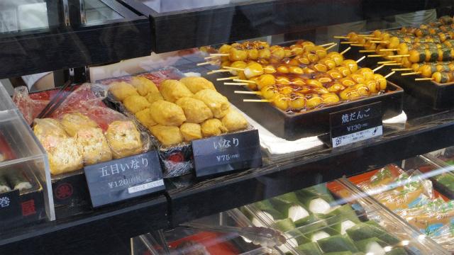和菓子屋では、いなり寿司、太巻き、赤飯あたりをよく売っているイメージ……これって東京だけ?