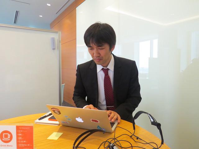 「踊る大捜査線」の織田裕二を意識して赤いネクタイにしました。渋い顔はWi-Fiが繋がらなくて困っているだけ