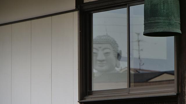 窓に大仏がいるのである
