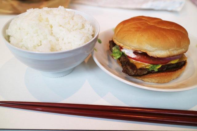 試しに並べてみたら、日本人(ご飯)の家にアメリカ人(ハンバーガー)の友人が遊びに来たみたいな雰囲気がでた。