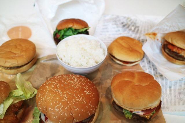 ハンバーガーの中にご飯を置いてみたら違和感がすごかった。みにくいアヒルの子みたいになってしまった。