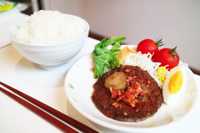 肉とピクルスだけでは、あまりに寂しいので野菜も添えてみた。朝ごはんみたいになった。