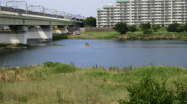 手前が神奈川県、奥が東京都。電車で5分の上京体験。