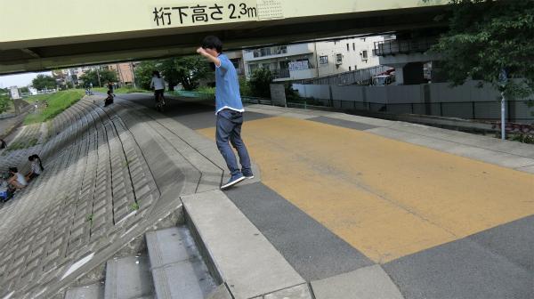 東京へ向かう不安がこぶしの位置で出ているのか低い。