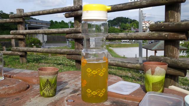 冷茶は掛川の深蒸し茶。実家でこんなに濃く淹れると母に怒られる