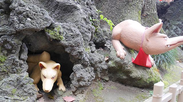 穴から顔だしているやつもいる。これは……体小さくない? 小狐だ!