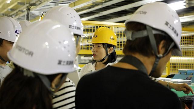 飯田直子さん。加速器のパラメータを少しずつ変えてチューニングするのが楽しいと話していた。