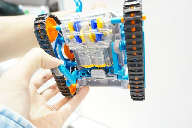 ロボットの裏側。手で押さえている部品が突起にひっかかって動く