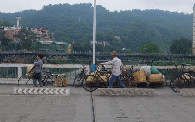 これが国境線か!?右がベトナム、左が中国