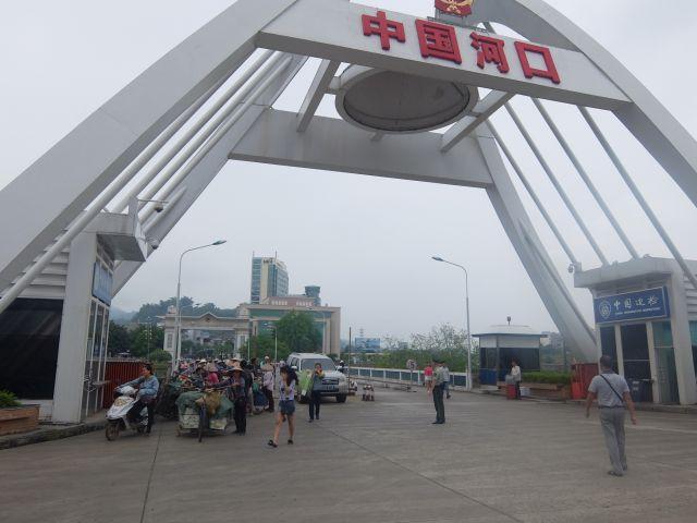 中国側の国境だ。向こうの黄色い門がベトナム国境だ。