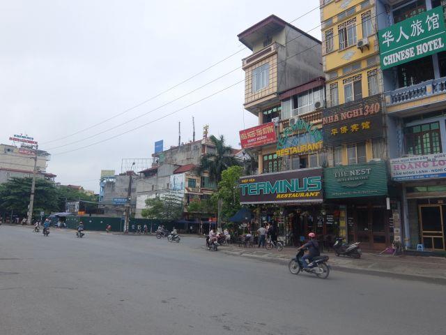 ラオカイの街。細長いベトナム式ペンシルビルが特徴的。