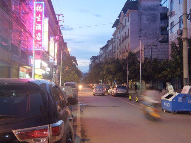 国境を越えればこんな中国式の街並みに早変わり。