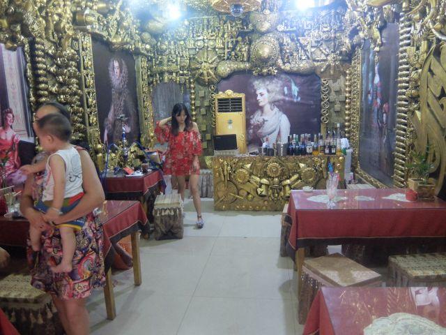 金色のオブジェと絵画さえなければ普通の店だがそれらに囲まれ冷静さを失い圧倒される。