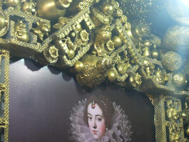 全ての壁に金色に塗られたリサイクル品が。 全ての壁が違ってすごかった!