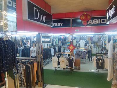 ベトナムのラオカイはまた、ブランド看板だけの 謎のアパレルマーケットがある。 やはり国境にはマモノがいる。