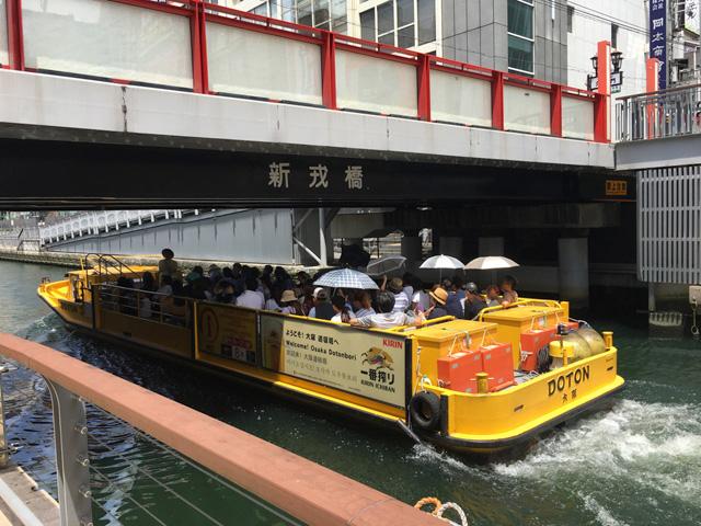 川面を遊覧船が頻繁に往来する。