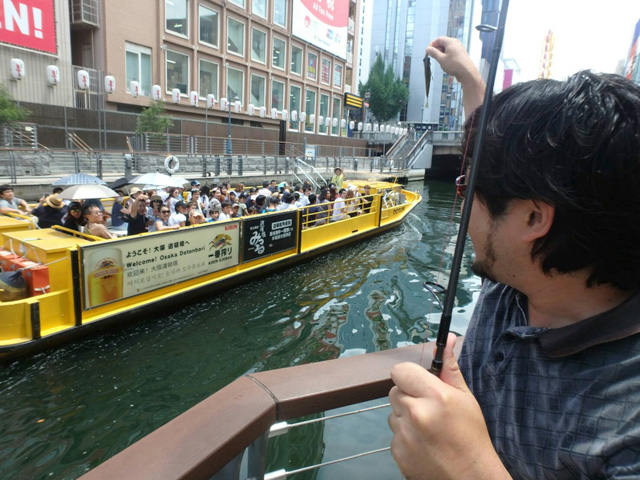 遊覧船に乗った外国人観光客のみなさんだった。道頓堀ではブルーギルを釣るだけでヒーローになれるのか。