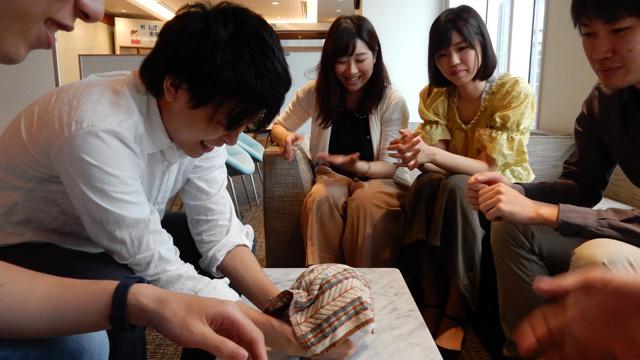 ティッシュ越しに増田さんがビンを支え、瀬川さんのハンカチ越しに、フタを回す作戦。