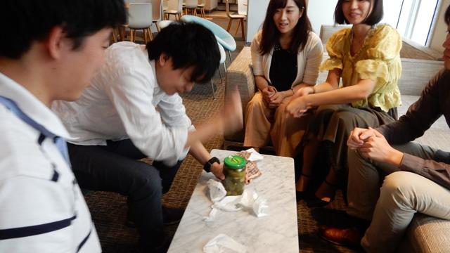 とりあえず増田さんが拳で叩いてみる。効果があるか分からないが。