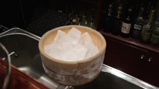 氷の容器も粋な木桶