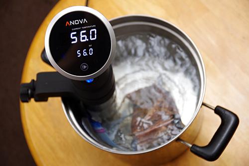 お湯を定温でキープしておき、そこに密閉した食材を入れて湯煎をする。
