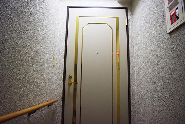 重厚なドアの前で緊張して待つ。