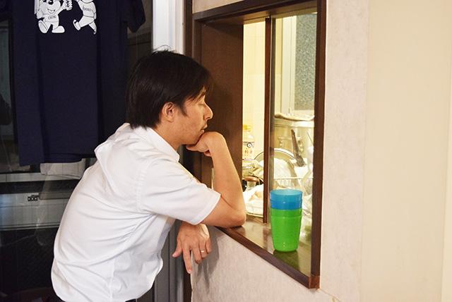 そしてそれをキッチンの外から見つめる客。