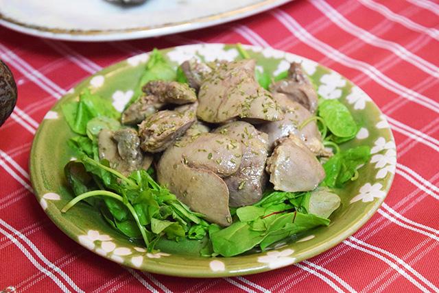 さっきのアヒージョと一緒に煮込んで別皿に取り分けたという「鶏レバーのコンフィ」。