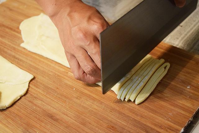 これもまた、家にあるのが不思議でならない麺切り包丁で生地を切っていく。