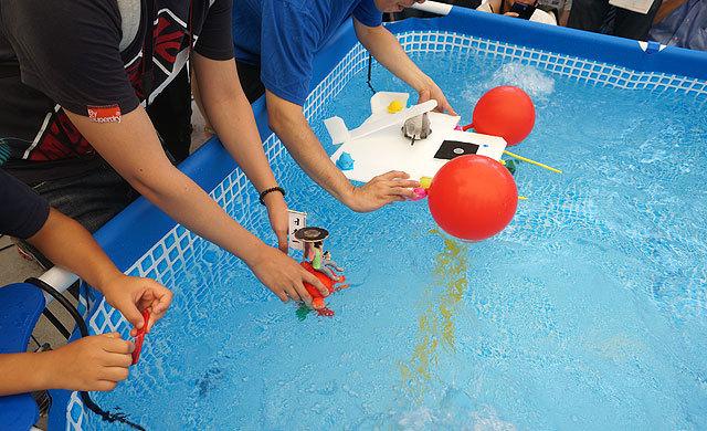 水上でのコイン運びレース。みんなプカプカ浮くばかりでぜんぜん進まない、リゾート感覚の大会だった