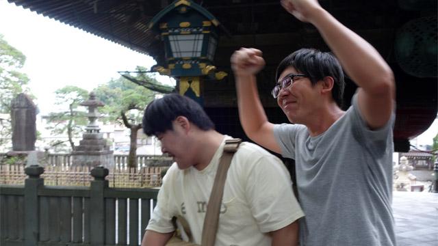 コインが乗った荻原さんが江ノ島に圧をかける