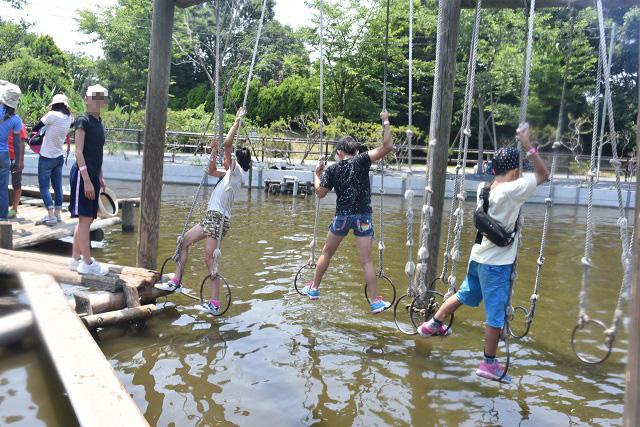 子どもたちはさすが大胆にプレー。水没を恐れず果敢に突き進む