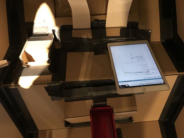 仕上げに内部に肩ベルト、キャッシュキャノン、iPad(音楽を鳴らすため)を貼り付けたらコックピットっぽくなった