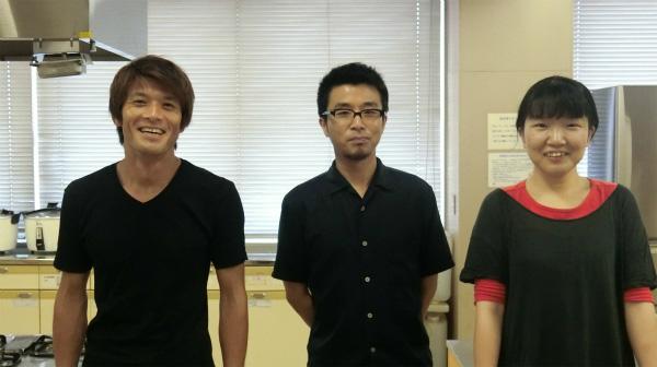 左から編集部安藤さん、プープーテレビのヒロエさん、ライターのネッシーさん。全員なにもかけないらしい。私はバンバンかける。