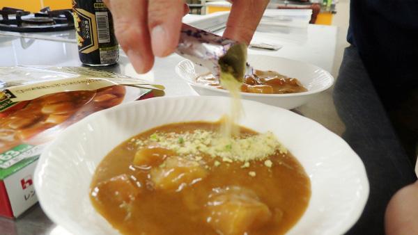 スープの素をかけるだけ。結構な量を入れたが、大丈夫だろうか。