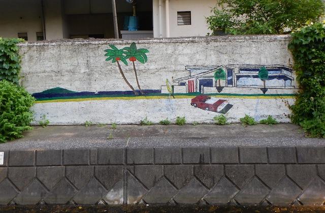 護岸の壁画がかっこいい。