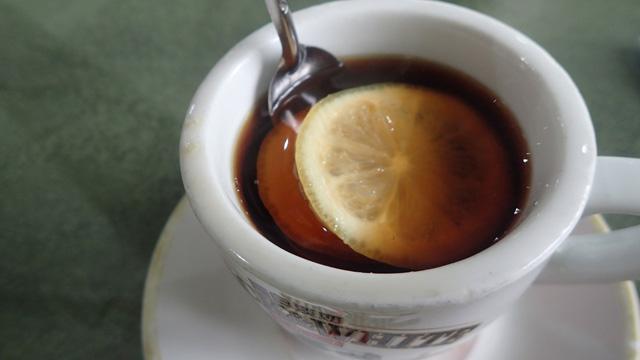 コーヒーにレモンの輪切りが3つも。香港やロシアの飲み方らしい
