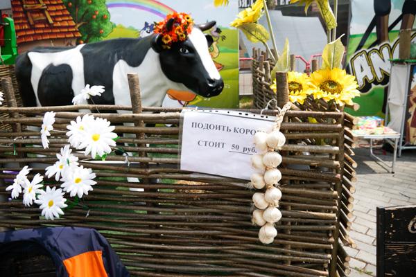「牛の乳搾り、50ルーブル(=約100円)かかります」と書いてある