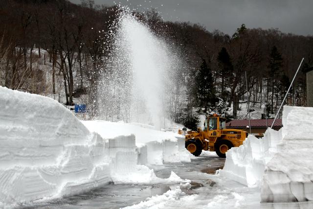 平年よりも雪解けが遅いらしく、御池駐車場は絶賛除雪作業中であった