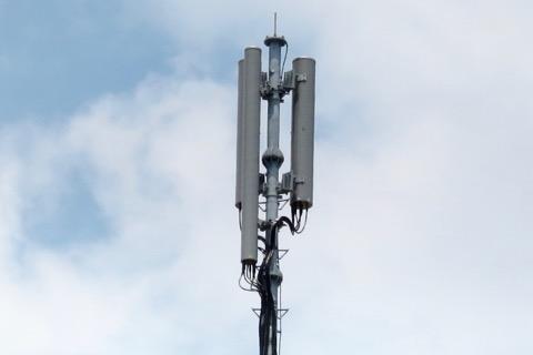 たとえば、携帯電話の基地局のアンテナ。