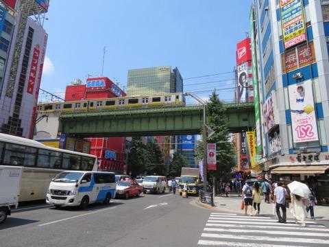 秋葉原駅前の鉄橋にズームすると、